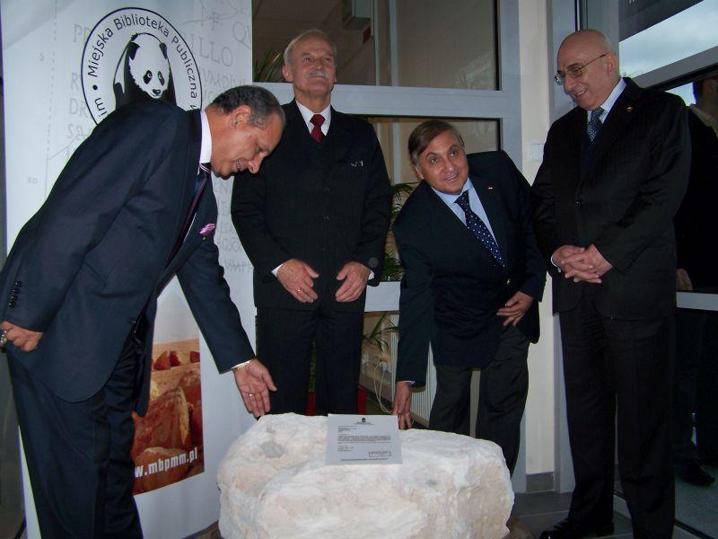 Przekazanie kamienia z Aleksandrii w dniu otwarcia nowej siedziby 10 listopada 2010r